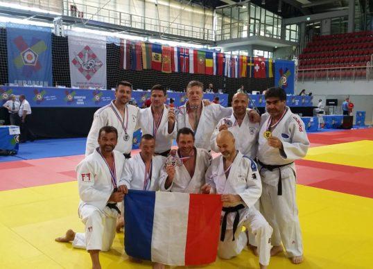 l'équipe de France récompensée d'une médaille d'argent par équipe