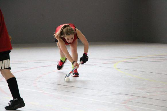 Stage hockey ASPTT limoges jeune fille faisant une passe