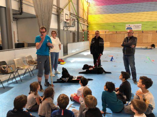 Élie Zampin et Bernard Viguet lors du stage multisports de l'ASPTT Besançon expliquant le quotidien d'un personne aveugle ou malvoyante.