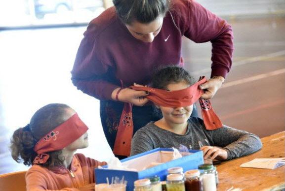 Atelier découverte du handicap visuel, sentir des verrines pour en deviner le contenu